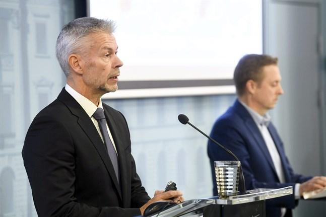 Överläkare Taneli Puumalainen och direktör Pasi Pohjola konstaterade på torsdagen att coronaviruset inte lett till lika många dödsfall i höst som i våras.