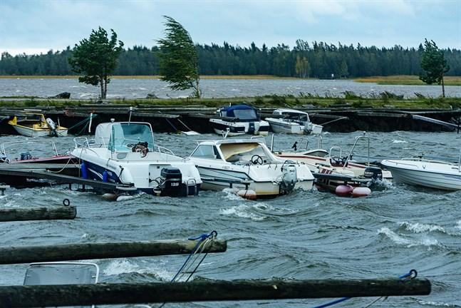Såg här såg det ut vid Andra Sjön i Nykarleby då stormen Aila härjade i september.