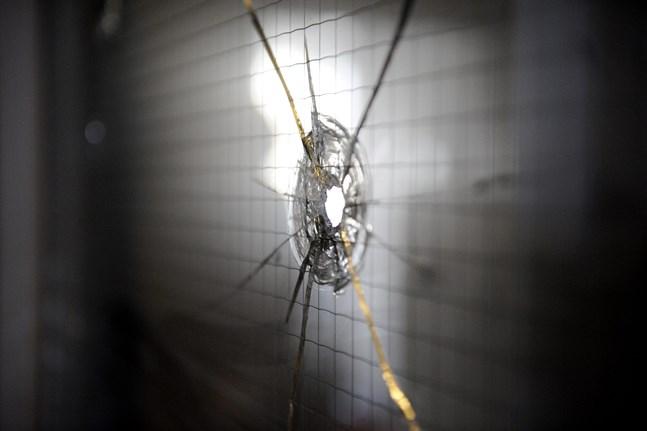 Ett av de många kulhål som uppstod inne i skolbyggnaden i Kauhajoki när förövaren sköt omkring sig där i september 2008.