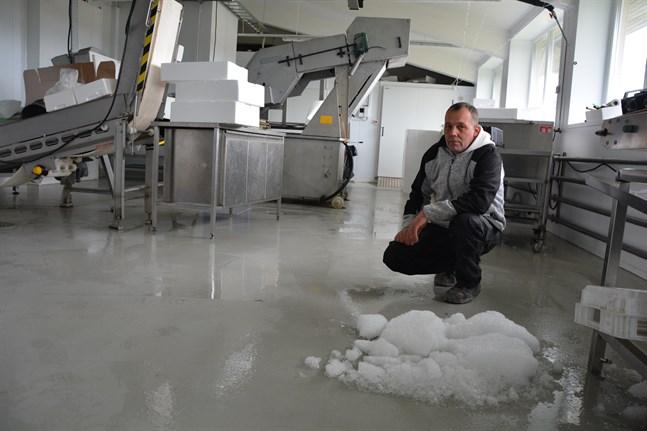 Maskinerna stod stilla i Polar Filés produktionsrum. Patrik Sjökvist är glad över att de har is att ta till för att kyla varor.
