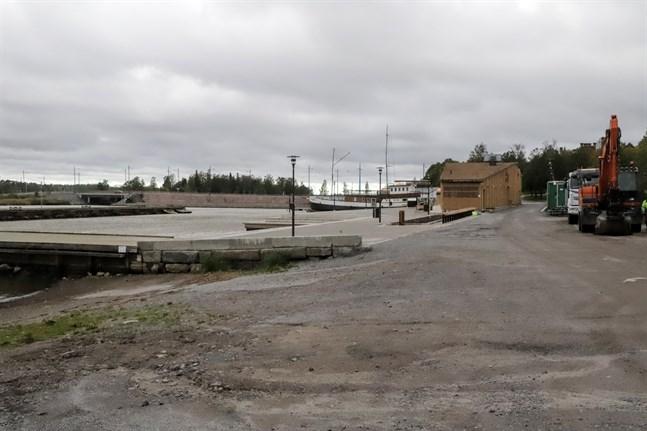 Fisktranden. Genomfarten för biltrafik stängs vid Fiskets hus. En bom placeras ungefär vid den gröna baracken bakom grävmaskinen. Till vänster sjösättningsrampen.