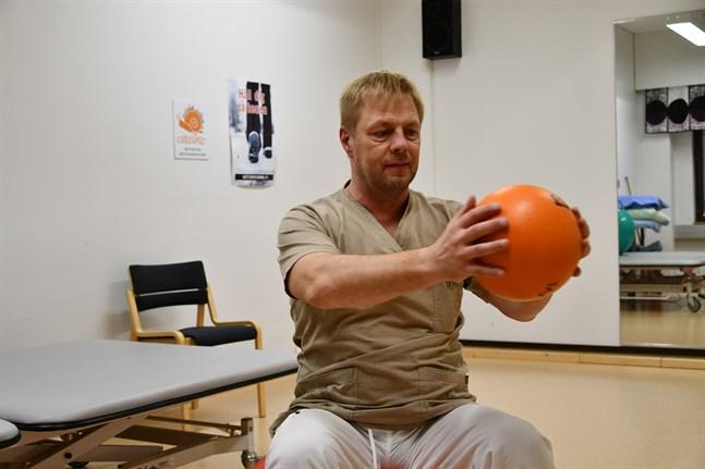 Fysioterapeut Robert Sundén vid Kristinestads hälsocentral menar att pandemin lett till förtvinade muskler.