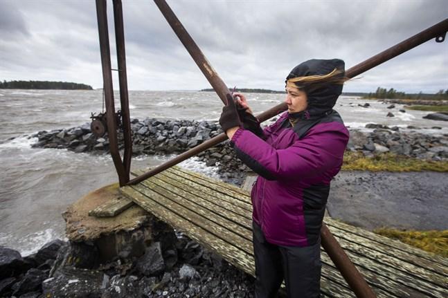 Tea Ojanperä från Lappo ville uppleva stormen vid havet.