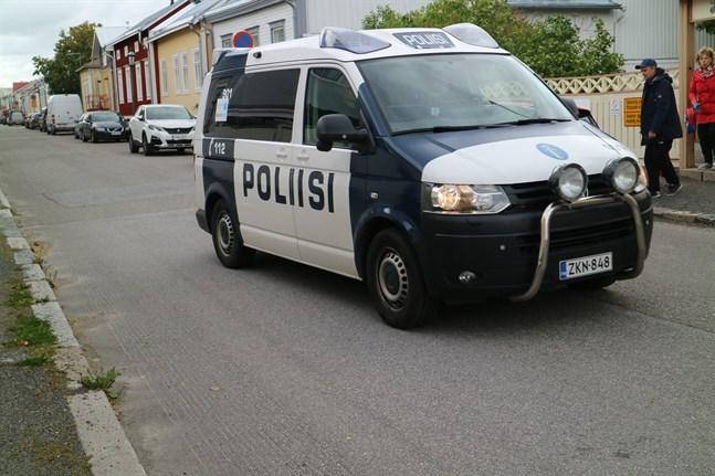 Tio polispatruller rörde sig i centrum av Karleby på torsdagen. Polisen har förståelse för att operationen kan ha skapat otrygghet bland stadsborna.