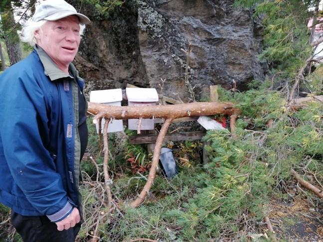 Garry Jakobsen var tvungen att ta fram motorsågen för att komma åt morgonposten,