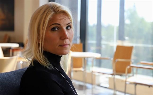 Marina Kinnunen följer kontinuerligt med hur coronasituationen utvecklar sig i Finland.