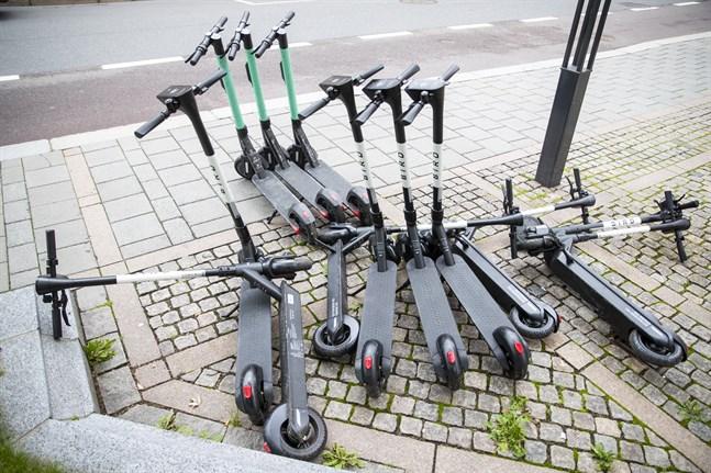 Parkeringsvakter ska från och med måndag kunna städa upp i röran av slarvigt parkerade elsparkcyklar.