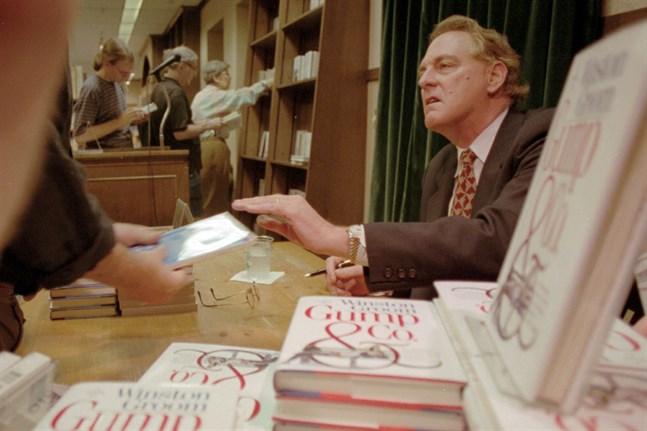 """Winston Groom signerar """"Gump and Co"""", uppföljaren till den kultförklarade """"Forrest Gump"""". Arkivbild."""