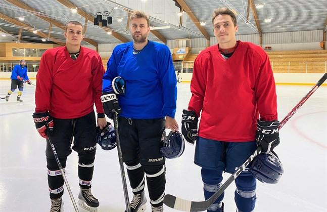 Rolands Aleidzans, Arturs Kuzmenkovs och Maris Dilevka är i Närpes för att höja nivån i Kraft hockey.