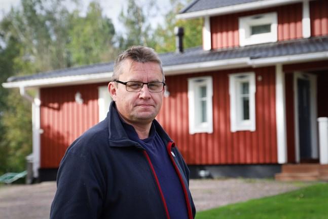 Peter Norrgård hjälper gärna till där han kan. Nu sträcker han ut en hand till alla strömlösa i Maxmo skärgård.