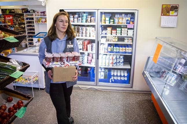 Nicolina Söderholm jobbar på Bergö Andelshandel. Hon var med och räddade kyl- och frysvarorna under stormen.