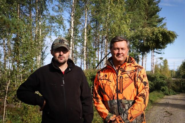 Jan-Ole Lindman och Magnus Levón hoppas att problemen med eldistributionen på Österö snart är åtgärdade, men befarar att det kommer att dröja flera dagar än.