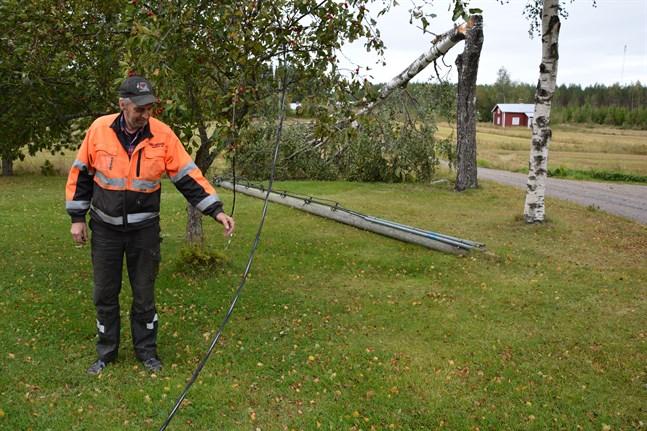 Så här såg det ut hos Christer Norrgård ända till lördag kväll, då reparatörer äntligen kom och åtgärdade stolpen och elkabeln som stormen Aila slitit loss.