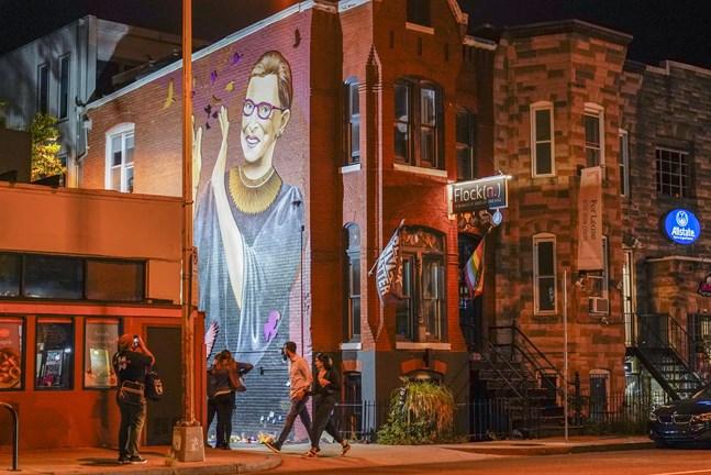 En väggmålning av HD-domaren Ruth Bader Ginsburg i ett kvarter i Washington. Bader Ginsburg avled i sviterna av cancer.