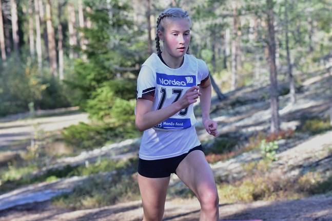 Nathalie Blomqvist tog sitt första FM-guld i damklassen i terränglöpning på söndagseftermiddagen i Joensuu.