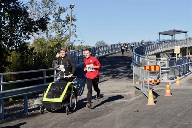 Bocks Run är inte bara en löptävling. Det går att vara med bara för att det är kul, utan att stirra sig blind på tider och placeringar. Vill man gå med stavar eller springa med löpvagn går det utmärkt.