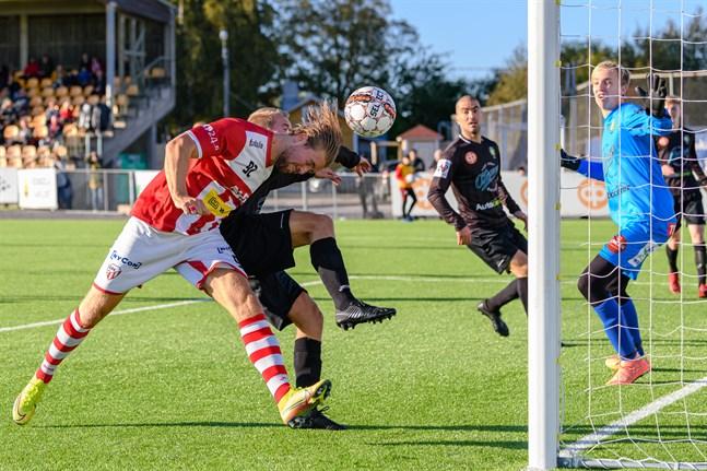 Petteri Jokihaara lyckas med makt nicka bollen i mål, trots hård bevakning av Anton Kass.