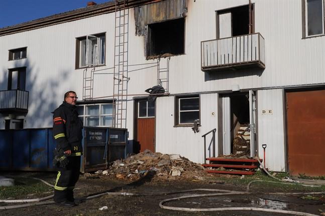 Alf Nyroos, jourhavande brandförman, uppskattar att det rör sig om några hundra kvadratmeter av bostadshuset som tagit skada av branden.