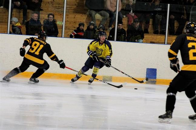 Maris Dilevka var en spelare som Centers, här med Alexander Baryshev och Kim Nordström på isen, hade svårt att stoppa.