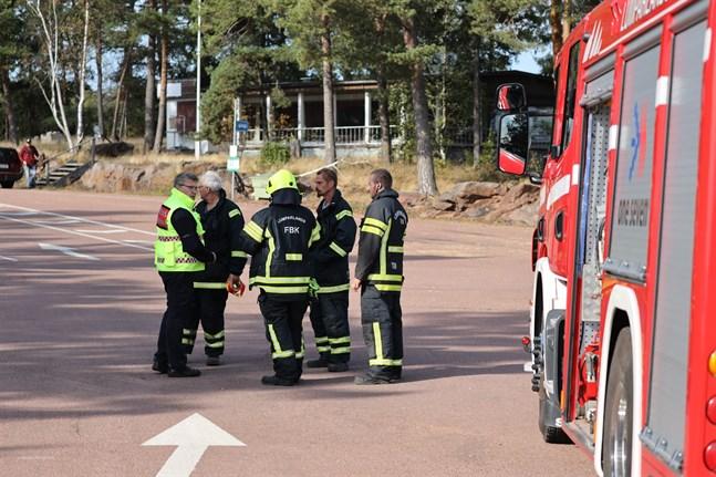 Räddningspersonal väntar på Svinö på Åland på att Amorella ska evakueras.