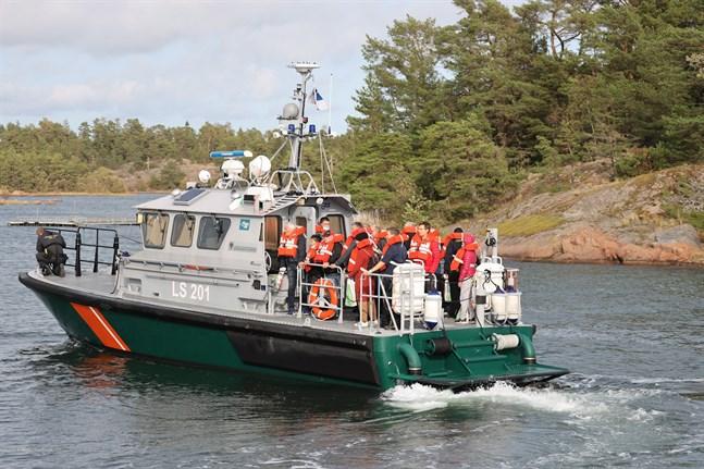 Passagerarna evakuerades från färjan med fyra fartyg.