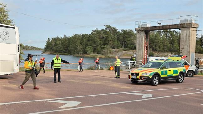 Passagerare evakueras till Svinö på Åland.
