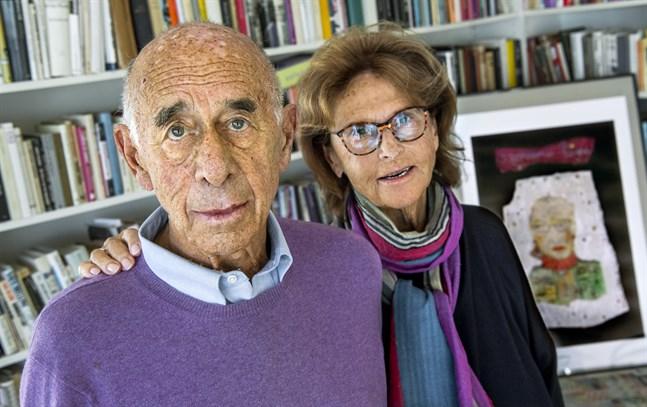 Gerhard Nagler med hustrun Monica bredvid ett porträtt av vännen Ruth Bader Ginsburg.