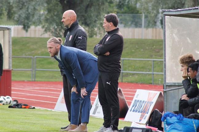 Matt Poland och hans mannar tog en poäng i Nykarleby. På bild också assisterande tränaren Richard Lähteenmäki, till vänster, samt målvaktstränaren Kaj-Christer Ingves, till höger.