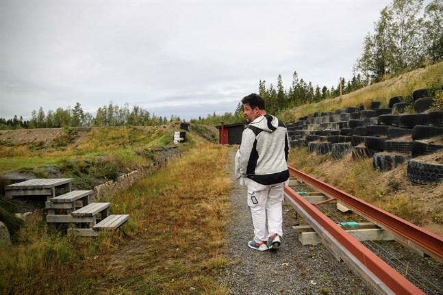 Vallen till höger har byggts en meter högre för att anpassas till nuvarande restriktioner. Rälsen är även den nybyggd och går mellan det nybyggda maskinhuset och kontrollhuset.