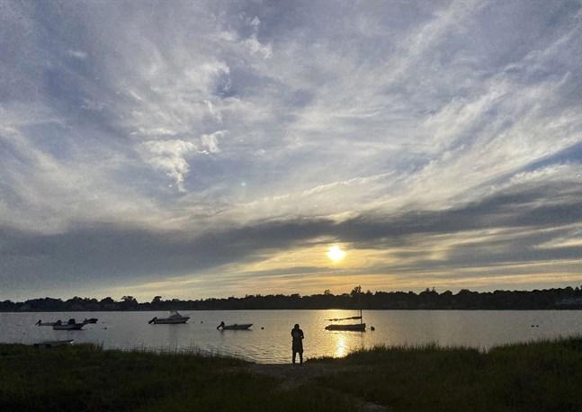 Närhet till utomhusliv lockar många amerikaner som kan jobba på distans. På bilden njuter strövare av solnedgången på halvön Cape Cod i Massachusetts.