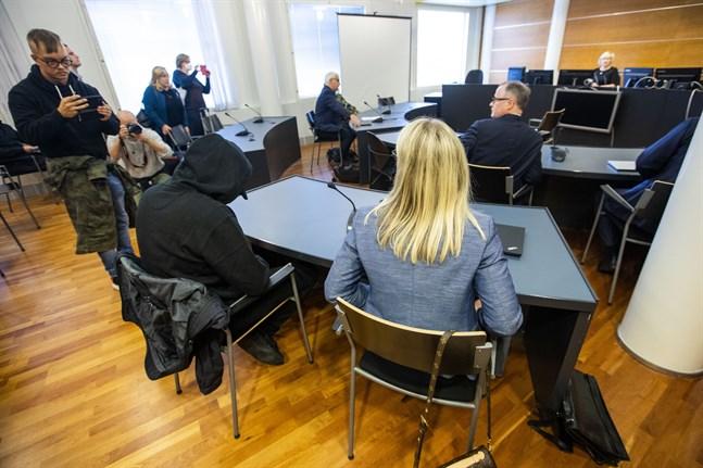 Den 36-årige familjefadern från Vasa, i svart i förgrunden, frias från alla åtal i Nordeahärvan. De två övriga männen döms till ovillkorligt fängelse. Det hårdaste straffet får en 28-åring från Vasa.