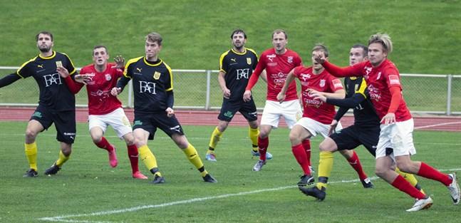 Adthe Miftari, Emil Salin, Alfons Häggblom och Simon Julin gör sig redo att hugga för NIK mot Sporting.