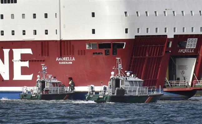 Viking Line-fartyget Amorella stötte på grund i Ålands skärgård på söndagen.