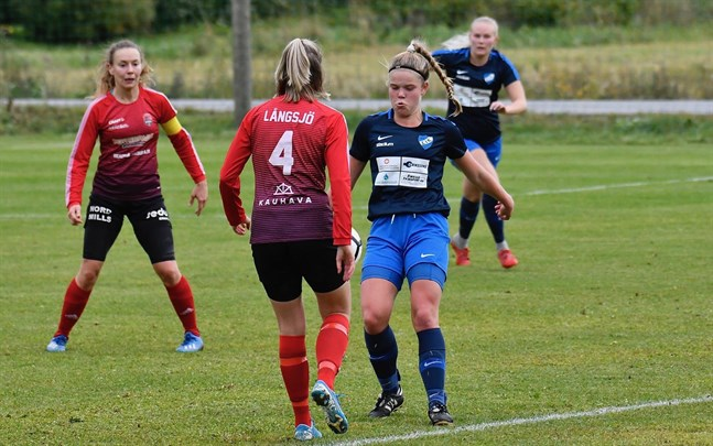 Amanda Vikström är en av de unga spelarna som har fått chansen i Esse IK. Här sätter hon press på Petra Långsjö i Kanu. I bakgrunden syns Sara Pöntinen och Elin Sanden.