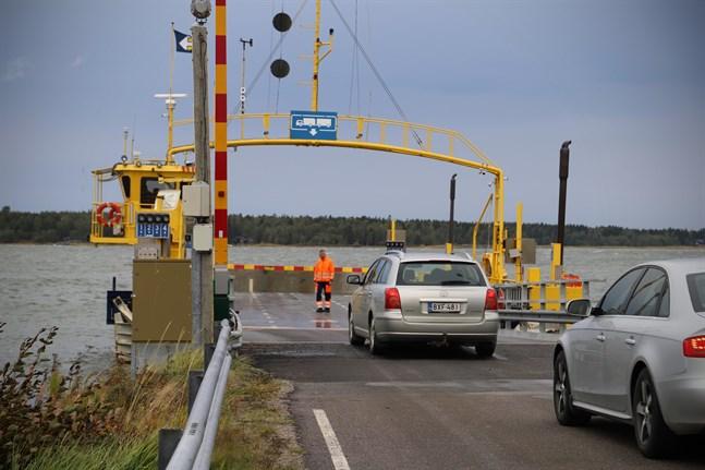 Bilarna dirigerades in i rätt fil för hand när Bergöfärjan började köra igen efter måndagens avbrott.