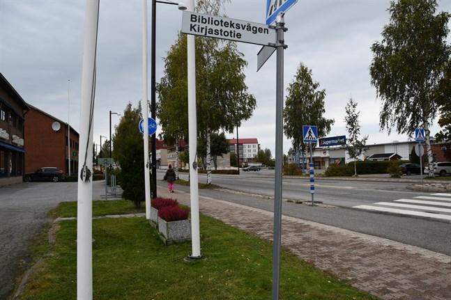 De finskspråkiga i Närpes är mera missnöjda nu än då staden var enspråkig. Att Närpes officiellt är en tvåspråkig stad, vilket markeras med tvåspråkiga vägskyltar, har lett till att minoriteten ställer högre krav på servicen.