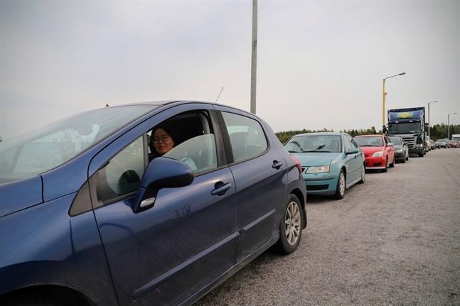 Erika Ingo i bilkön på Bredskär. En del bilister ville inte vänta i ovisshet på färjan och vände om.