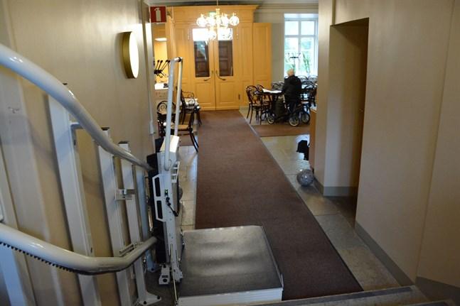 Tack vare den nya hissen blev rådhuset mera tillgängligt också för rörelsehindrade.