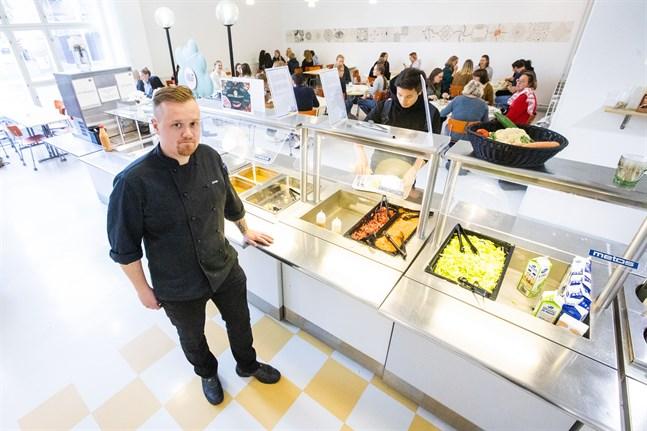 Jonas Korsström, restaurangchef på Vasa övningsskola, säger att grönsakerna vanligtvis är utländska så här års.