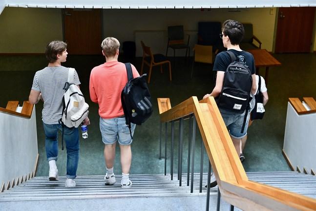 Ungefär 46500 personer har anmält sig till studentskrivningarna i höst, enligt Studentexamensnämnden. Det är 7000 fler än hösten 2019.
