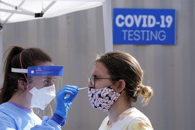 En kvinna testas för covid-19 i Seattle i USA. Arkivbild.