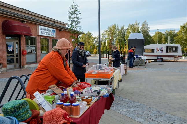 Nina Nabb från Koskö säljer bland annat stickade kläder och sylt. Solveig Råholm från Helsingby erbjuder bland annat mathantverk, bär och svamp.