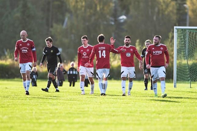 Valeri Oleinik (14) gratulerar Vanja Pobor till 0–1-målet.