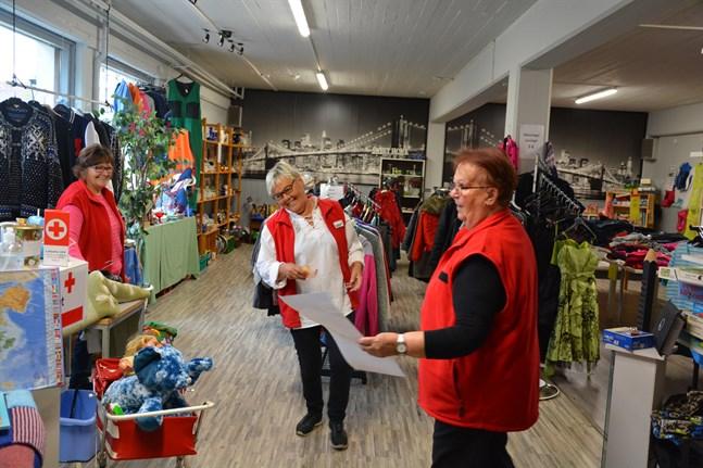 Vi har roligt oberoende av om vi jobbar på loppis eller med att packa kläder, säger Marita Stens och Siv Kaikuranta. Kerstin Lillbåsk är RK-avdelningens ordförande.