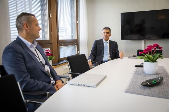 Stefan Grönholm, regiondirektör i Österbotten och Aktias vd Mikko Ayub, ser tecken på att privatpersoner och företag börjar tänka på livet efter pandemin.