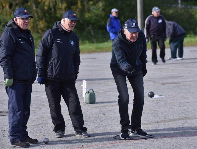 Jarl Finell i Esses första lag låter klotet flyga. Lagkamraterna Sven Borgmästars och Dage Vikström  följer luftfärden med sakkunskapens säkra öga. Trion korades till mästare i tisdagens tävlingar.