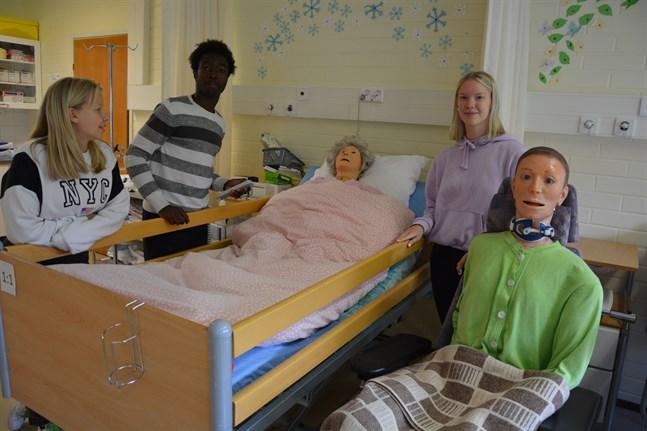 Kajsa Åbacka, Salah Ibrahim och Nadja Backfolk deltar i lektioner med närvårdare, men de har inte möjlighet till praktiska övningar under praotiden.
