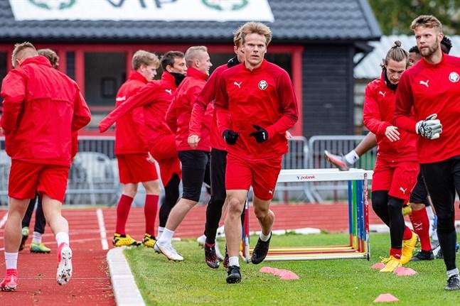 Severi Kähkönen på träning med Jaro på Centralplanen i Jakobstad i september.