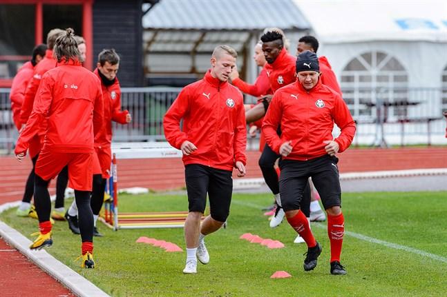 Onsdagens eftermiddagsträning på Centralplan gav besked, Markus Kronholm (till höger) kan träna och är därmed högaktuell för spel mot AC Oulu. Jim Myrevik ser till att lagkompisen inte slarvar med tempot.