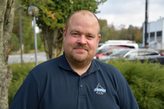 Johan Bärnlund tycker att relationerna mellan finsk- och svenskspråkiga invånare i Kaskö är som vanligt. Däremot tycker han att stadens administration har blivit mer enspråkig.
